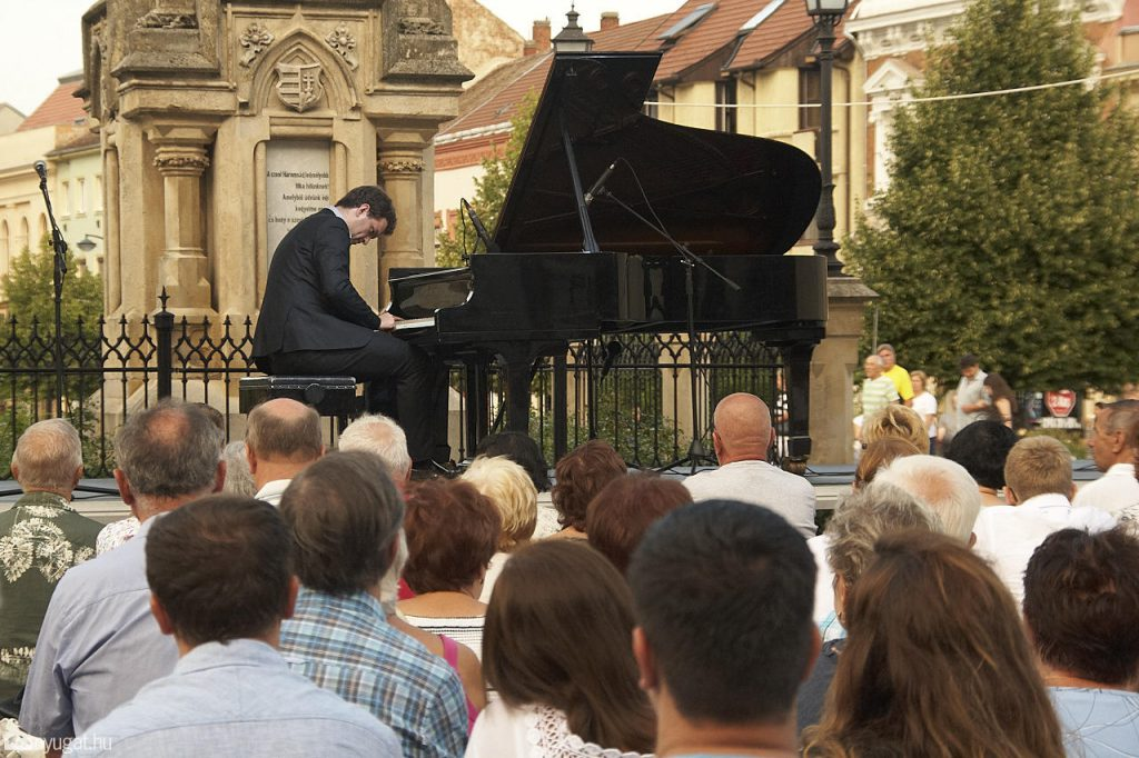 494938_mienk_itt_a_ter_zongora_koncert