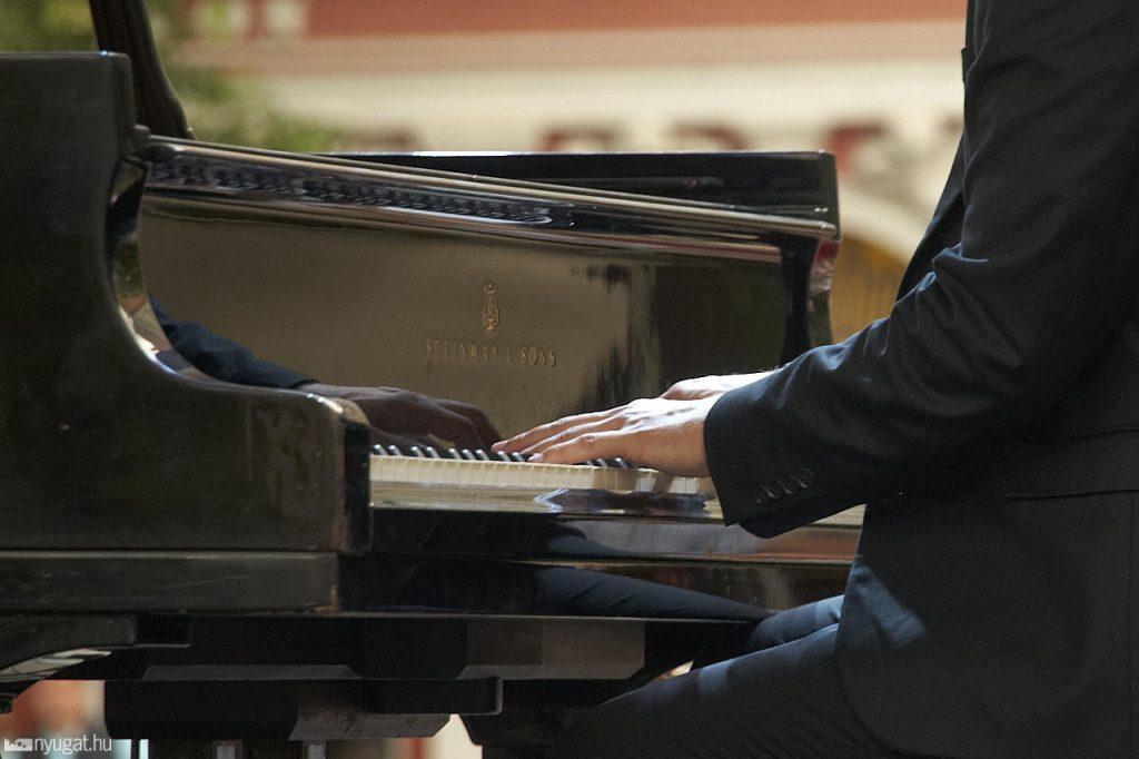 494952_mienk_itt_a_ter_zongora_koncert