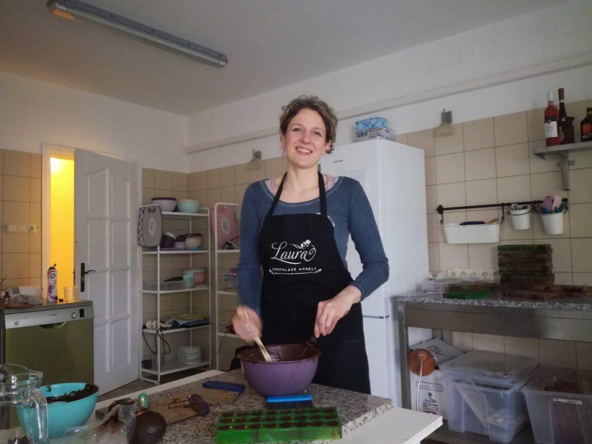 Hagymásy Laura a műhelyében a Vas megyei Sé falujában