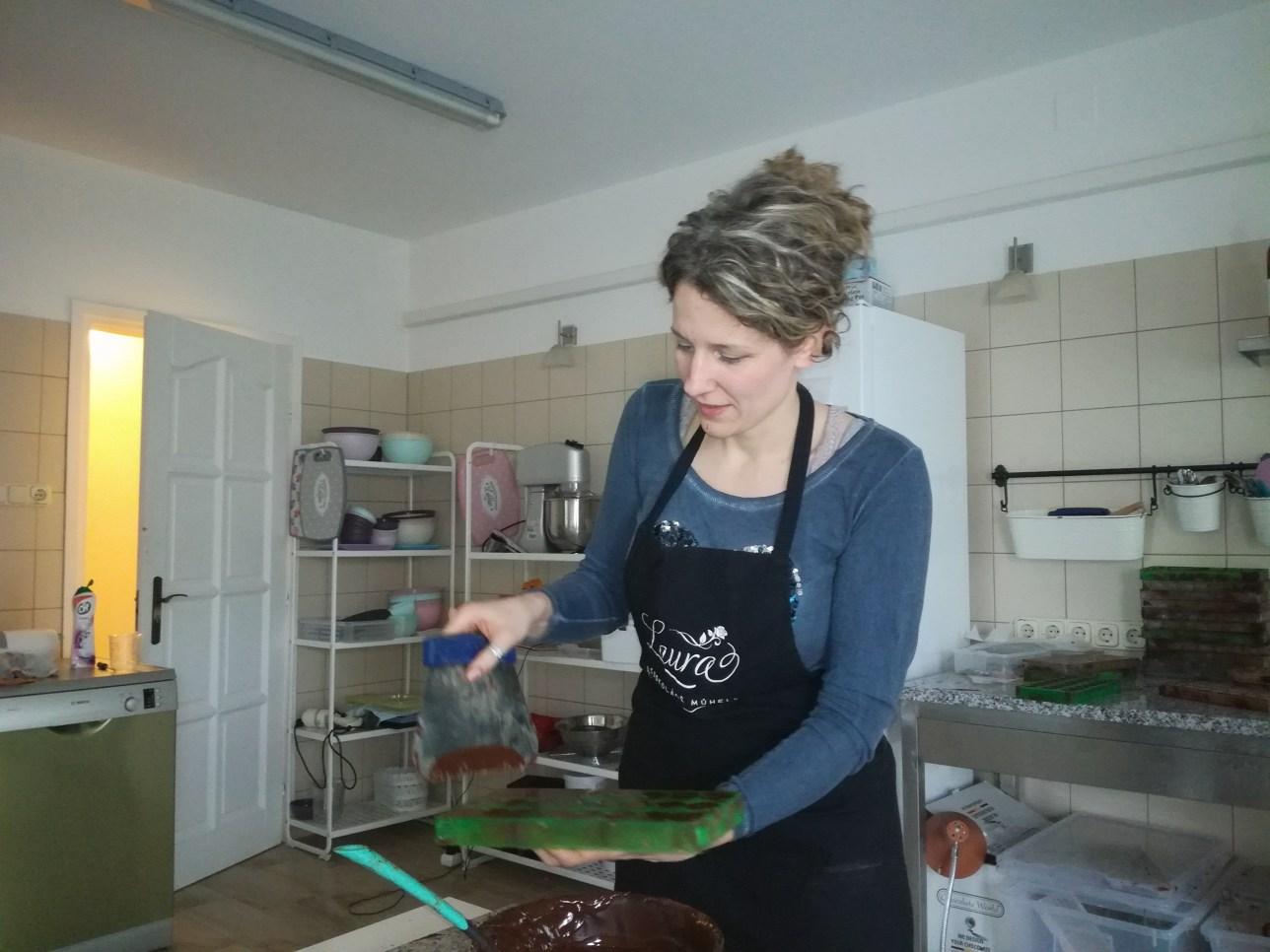 Hagymásy Laura csokoládét készít