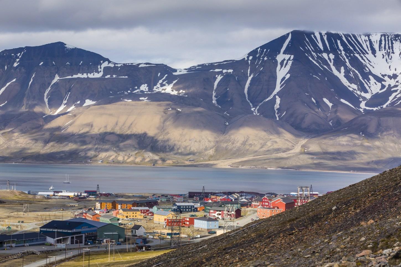 A Spitzbergák fővárosa, Longyearbyen. Itt is dolgozott Hagymásy