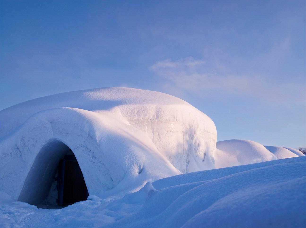 A kirkenesi jéghotel (hóhotel) bejárata